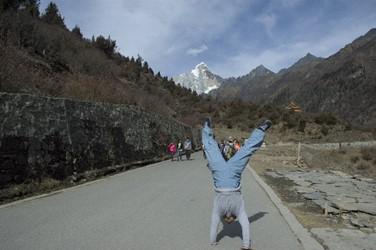 Min doing a Handstand